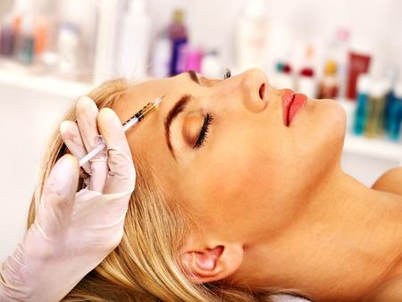 Beauté femme donnant des injections de botox. Banque d'images