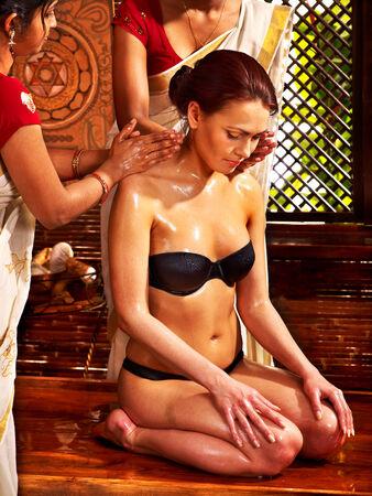 terapia grupal: Mujer joven con aceite Ayurveda tratamiento de spa. Foto de archivo
