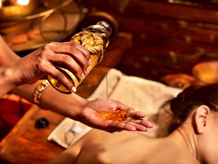massage huile: Jeune femme ayant soin de spa de massage à l'huile. Banque d'images
