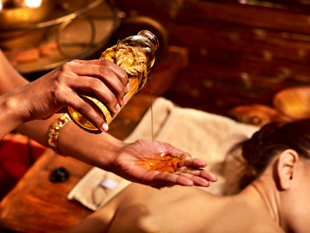 oleos: Mujer joven con tratamiento de spa masaje de aceite.
