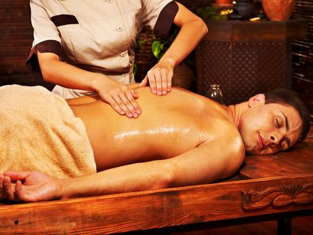 Homme ayant pétrole Ayurveda traitement de spa.