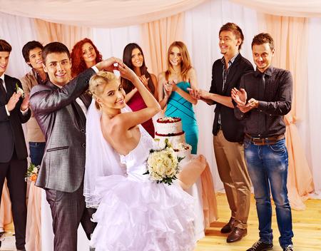 gens qui dansent: Regrouper les gens heureux � la danse de mariage. Banque d'images