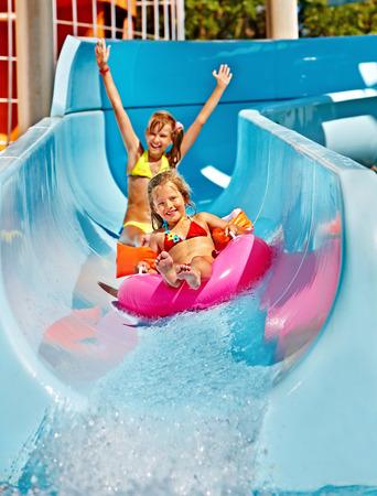 Enfants sur un toboggan au parc aquatique. Vacances d'été.