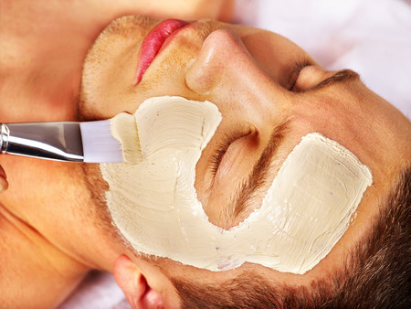 limpieza de cutis: Hombre con m�scara facial de barro en el spa de belleza.