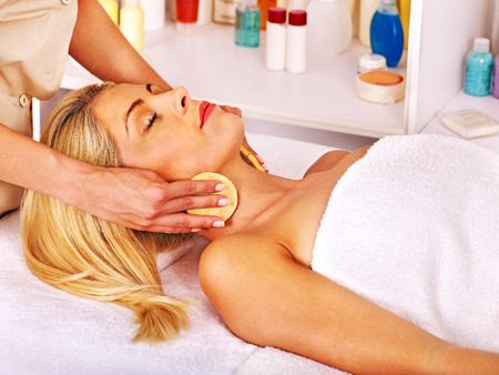 beauty wellness: Jonge vrouw krijgt gezicht massage in beauty spa.