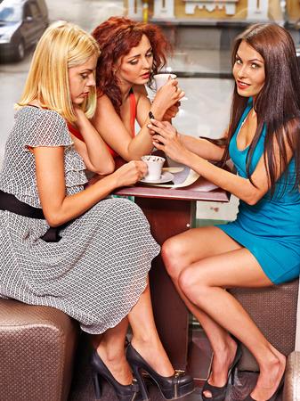 personas tomando cafe: La gente feliz del grupo tomando caf� en la cafeter�a.