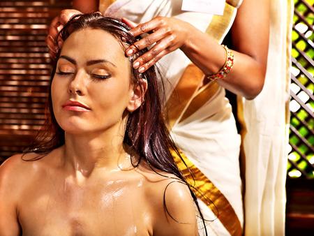 aceites: Mujer joven con la cabeza ayurveda tratamiento de spa.