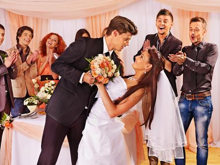 gente bailando: Grupo de gente feliz en la danza de la boda Foto de archivo