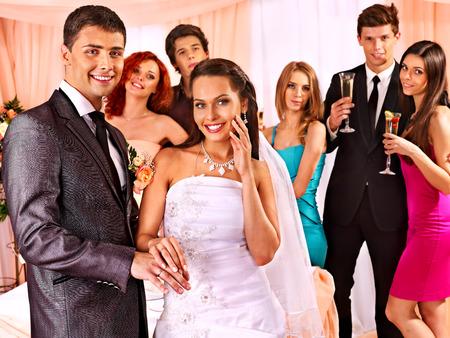 Gelukkig groep mensen op de bruiloft dans.