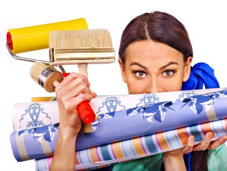 Builder vrouw met rollen behang. Geïsoleerd.