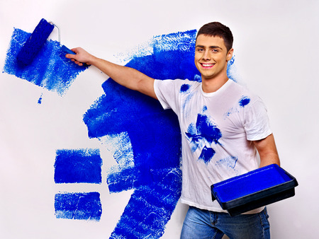 Bonne mur de peinture de l'homme à la maison.