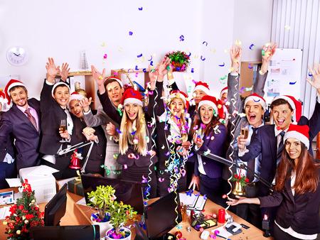 celebra: Grupo de gente feliz en el sombrero de santa en la fiesta de Navidad del negocio. Foto de archivo