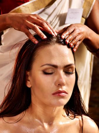 Jonge vrouw met hoofd ayurveda spa-behandeling. Stockfoto