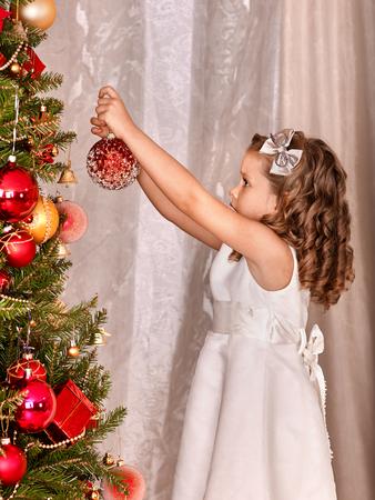 ni�os vistiendose: Ni�a decorar el �rbol de navidad.
