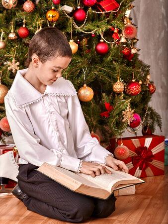 ni�os vistiendose: Felices los ni�os reciben regalos bajo el �rbol de Navidad. Foto de archivo