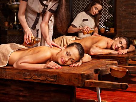 terapia de grupo: Pares que tienen aceite Ayurveda tratamiento de spa. Foto de archivo