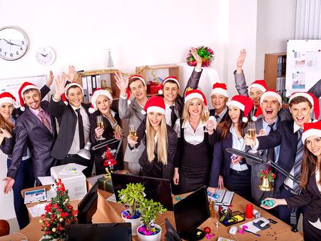 cajas navide�as: Grupo de gente feliz en el sombrero de santa en la fiesta de Navidad del negocio. Foto de archivo