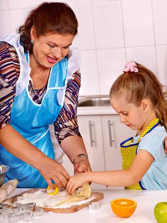 Старуха и внук на кухне 15 фотография