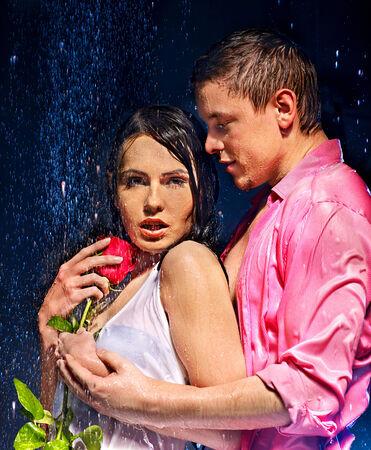 uomo sotto la pioggia: Coppia sotto goccia d'acqua. Giorno di San Valentino