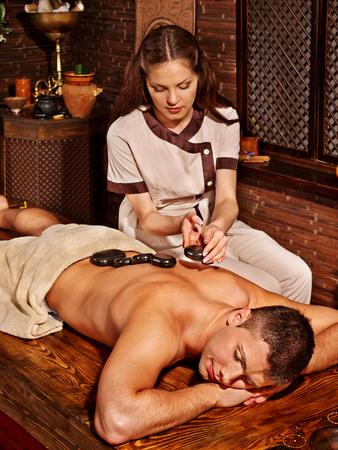 terapia de grupo: Hombre que tiene el aceite de Ayurveda tratamiento de spa.