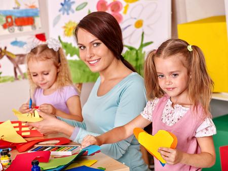 kinder: Ni�os felices con el profesor de pintura. Foto de archivo