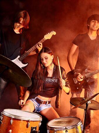 Woman beat guitar: chơi nhóm nhạc tại câu lạc bộ đêm. Girl trong foreground. Kho ảnh