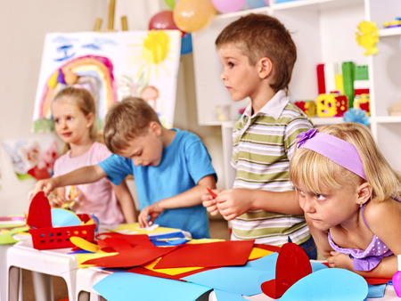 niños jugando en la escuela: Grupo de niños en Cuadro de la pintura preescolar.