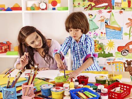 Mère avec la peinture d'enfant à l'école. Éducation.