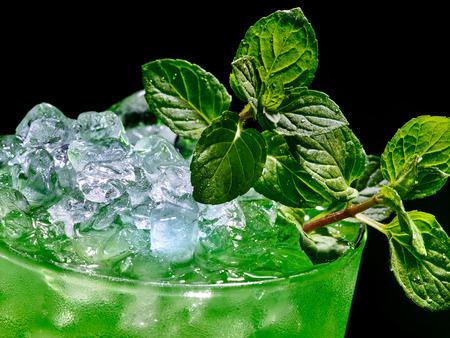 ice crushed: Groen drankje met crushed ijs op donkere achtergrond. Bovenaanzicht.