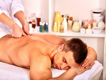 descansando: Hombre recibiendo masaje relajante en el spa.