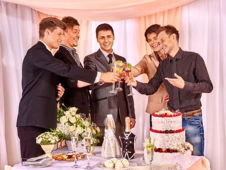 Gruppe Menschen auf der Bühne Party vor der Hochzeit. Nur Männer, Freund.