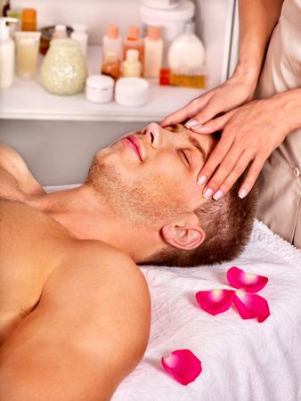 beauty wellness: Man krijgt gezichtsmassage in beauty spa.