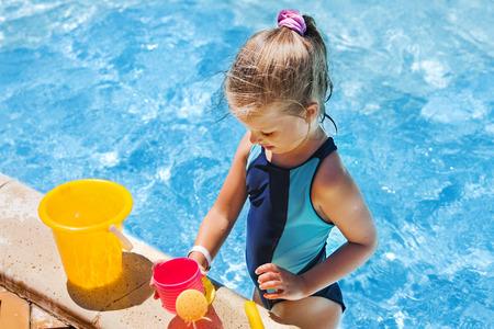 seau d eau: Enfant avec un seau dans la piscine. extérieure d'été. Jouer sur la plage.