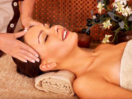 beauty wellness: Vrouw krijgt hoofdmassage in tropische beauty spa. Handen op het voorhoofd.
