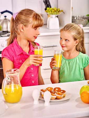 niños desayunando: Niños felices del desayuno en la cocina.