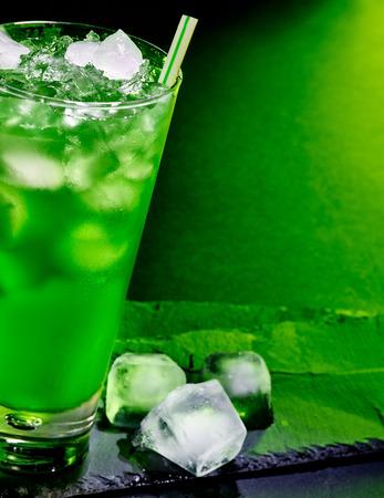ice crushed: Groene drank met crushed ijs. Halve glasplaat. Stockfoto