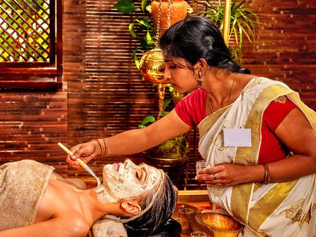 fille indienne: Femme indienne ne masque facial au spa ayurveda.