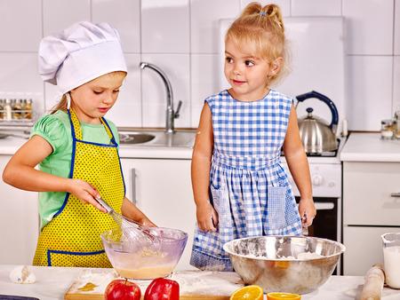 niños desayunando: Hembra de dos niños el desayuno en la cocina de casa