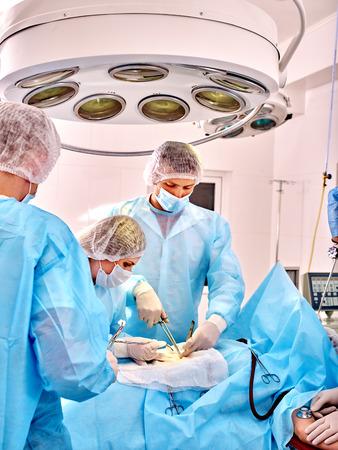 grupo de m�dicos: Los m�dicos del grupo de trabajo en sala de operaciones. Foto de archivo