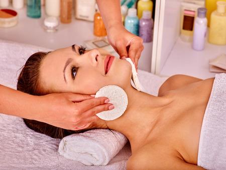 Junge Frau, die Gesichtsmassage im Beauty Spa. Handtuch unter den Hals.