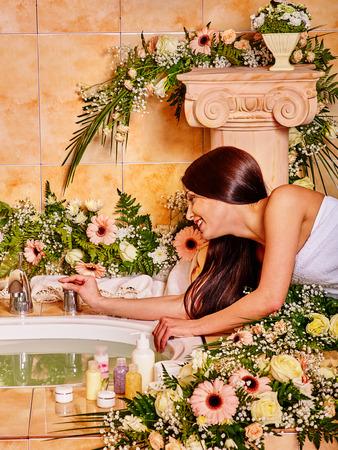 mimos: Mujer con el pelo largo y negro de relax en el spa de agua.