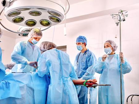 paciente en camilla: Paciente enfermo en camilla en la sala de operaciones. Gran lámpara. Foto de archivo