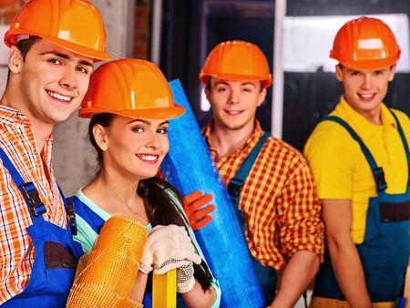 grupo de personas: Gente feliz del grupo en constructor de uniforme. Cuatro personas.