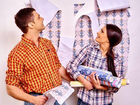 pegamento: Pegamentos familia feliz wallpaper y mirando hacia arriba en su casa.