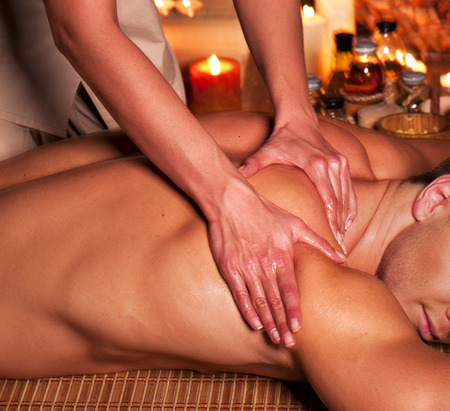 massage oil: Homme se massage au spa. Th�rapeute. Banque d'images