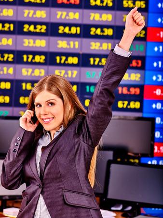 bolsa de valores: Mujer de negocios con el tablero de bolsa de valores en el cargo.