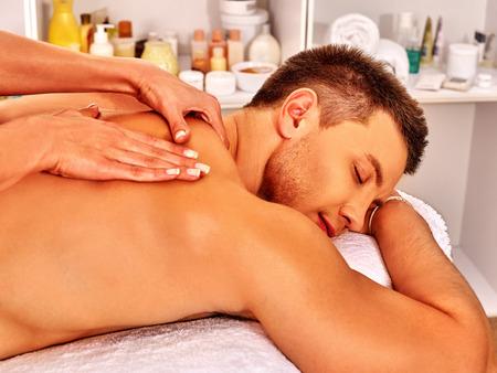 massage homme: Man obtenir classique massage relaxant au spa. Banque d'images