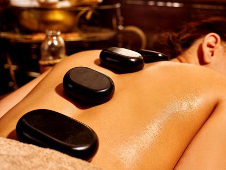 massage huile: Jeune femme ayant massage ayurvédique en pierre.