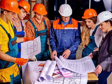 constructor: Grupo de personas de negocios en casco del constructor cubierta. Foto de archivo