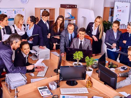 ufficio aziendale: Happy uomini d'affari del gruppo in carica. Archivio Fotografico
